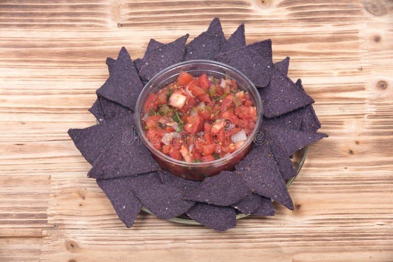 辣调味汁pico de加洛和蓝色玉米粉薄烙饼切削 库存图片
