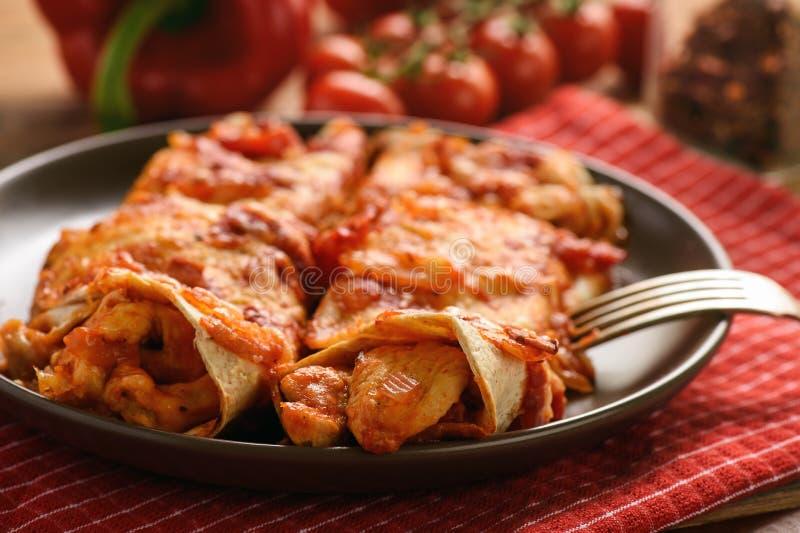 辣酱玉米饼馅-墨西哥食物、玉米粉薄烙饼与鸡,乳酪和蕃茄 免版税图库摄影