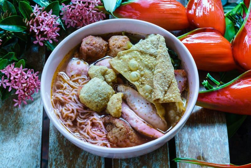 辣酿造的豆腐面条或yong tau foo或Yentafo Tomyam 免版税图库摄影