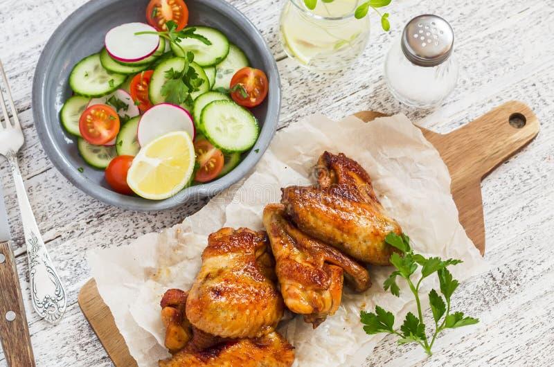 辣鸡翼和新鲜蔬菜沙拉 库存图片