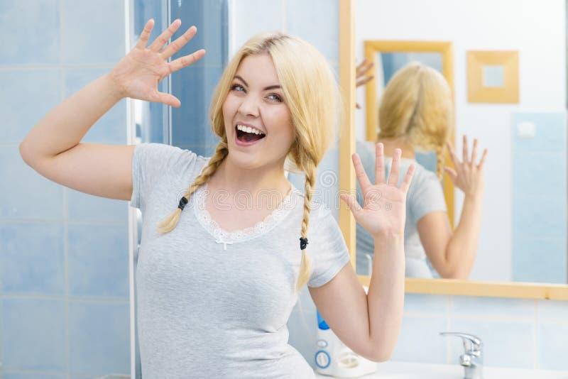 辫子的可爱的白肤金发的妇女 免版税库存照片