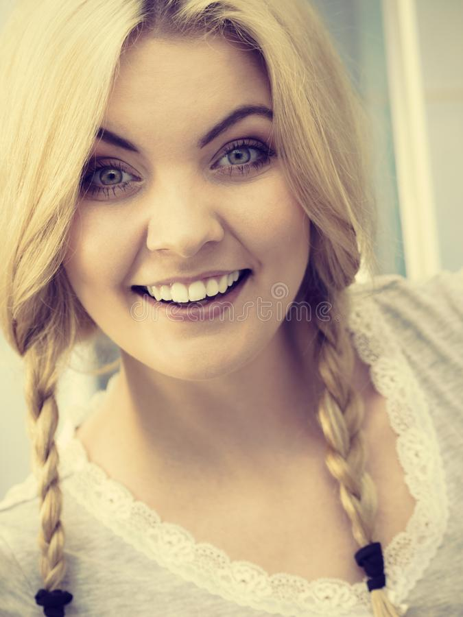 辫子的可爱的白肤金发的妇女 免版税库存图片