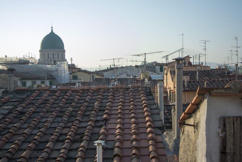边界的佛罗伦萨在天空和屋顶之间 库存照片
