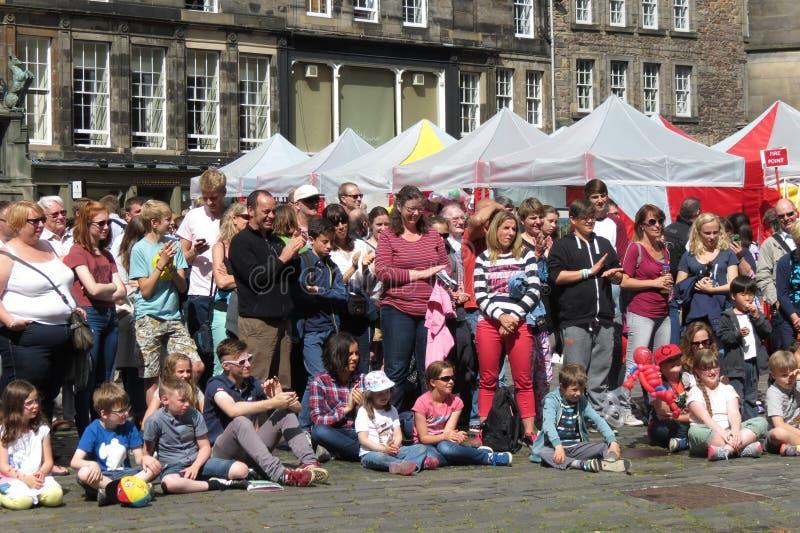 边缘节日观众在爱丁堡 库存图片