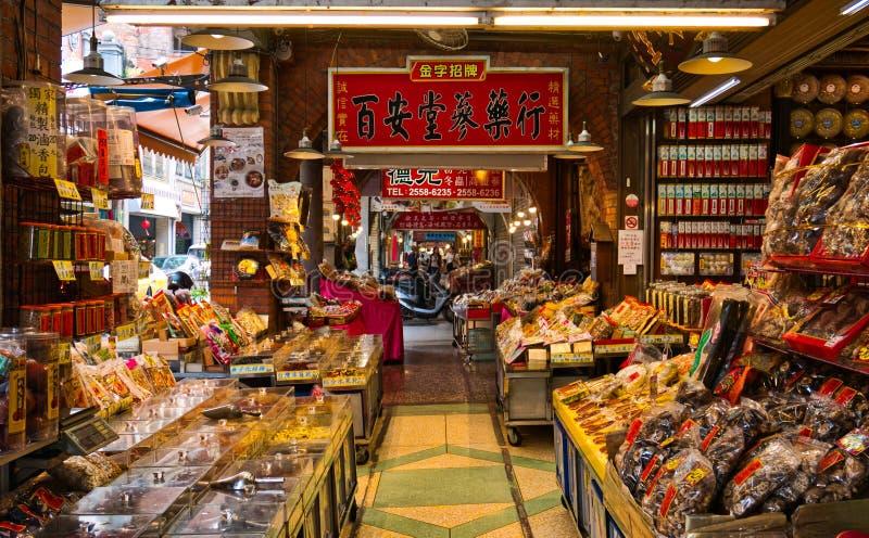 边路卖干繁体中文草药的药房商店 库存图片