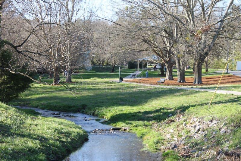 边路在公园和晴朗的春日 库存图片