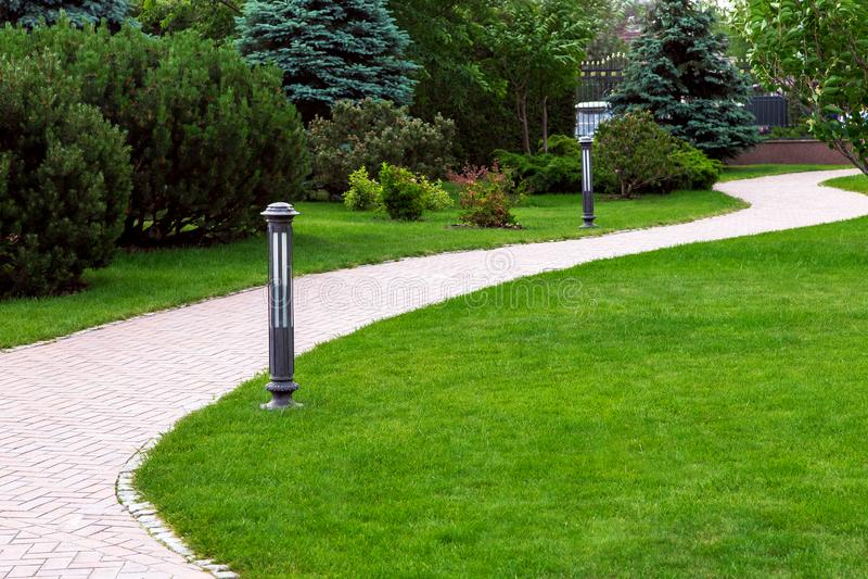 边路在豪宅的后院与绿色草坪的 免版税库存图片