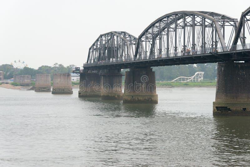 辽宁,中国- 2015年7月28日:鸭绿江短小桥梁 一著名 免版税库存照片