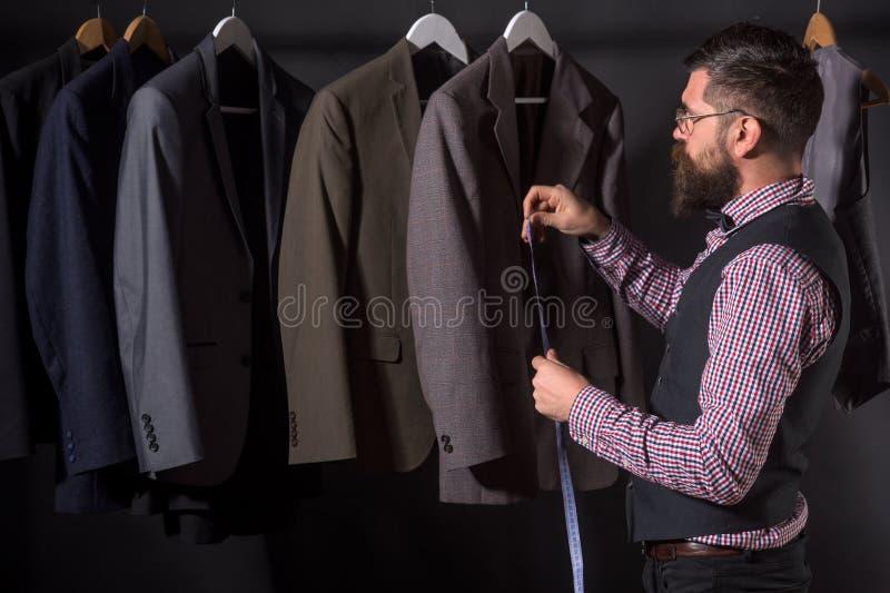 达到作为设计师的成功 减速火箭和现代剪裁的车间 衣服商店和时尚陈列室 有胡子的人 免版税库存图片