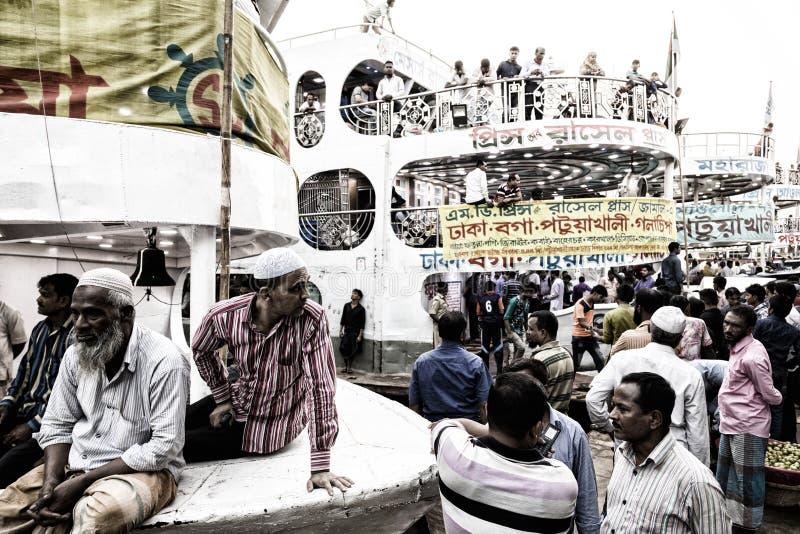 达卡,孟加拉国, 2017年2月24日:在Sadarghat码头的五颜六色的熙来攘往在达卡 免版税库存图片