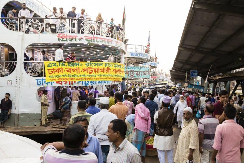 达卡,孟加拉国, 2017年2月24日:在Sadarghat termina的五颜六色的熙来攘往在达卡 库存图片