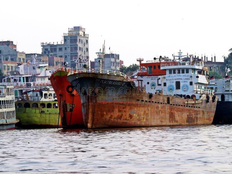 达卡, Buriganga河,达卡,孟加拉国港  库存照片