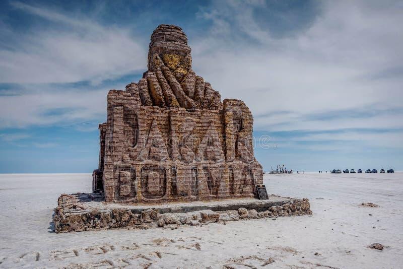 巴黎达喀尔拉力赛纪念碑在撒拉族de Uyuni盐湖,玻利维亚 免版税图库摄影