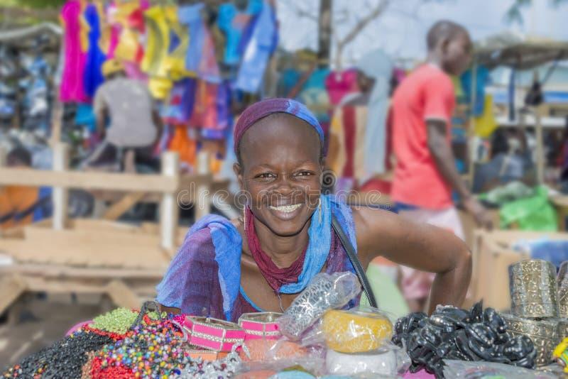 """达喀尔,塞内加尔,非洲†""""2014年7月20日:未认出的街边小贩在Sandaga市场上 图库摄影"""