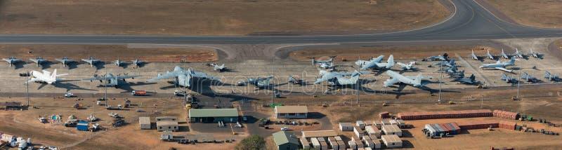 达尔文,澳大利亚- 2018年8月4日:排行柏油碎石地面的军用飞机鸟瞰图在达尔文皇家澳大利亚空军基地du 图库摄影
