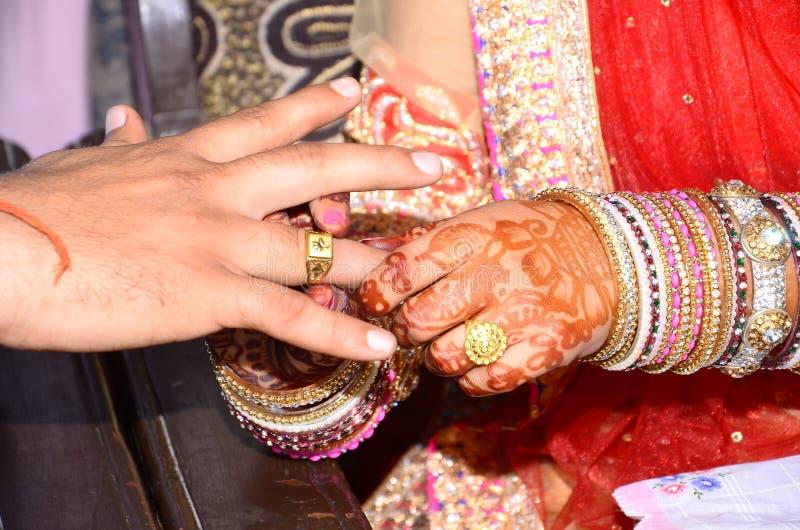 达成协议印度传统的印度圆环仪式片刻 图库摄影
