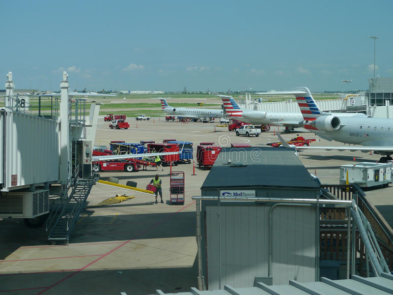 达拉斯沃思堡机场,装载飞机的工作者 免版税库存照片