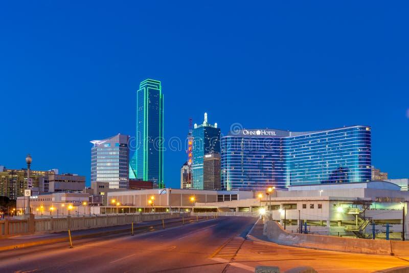 达拉斯, TX - 2017年12月10日-街市达拉斯地平线在与从休斯敦街看见的有启发性玻璃大厦的晚上 免版税库存照片