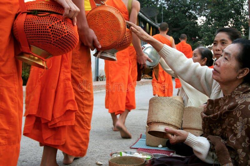 达棒(修士收集施舍)的,琅勃拉邦,老挝PDR 免版税库存图片