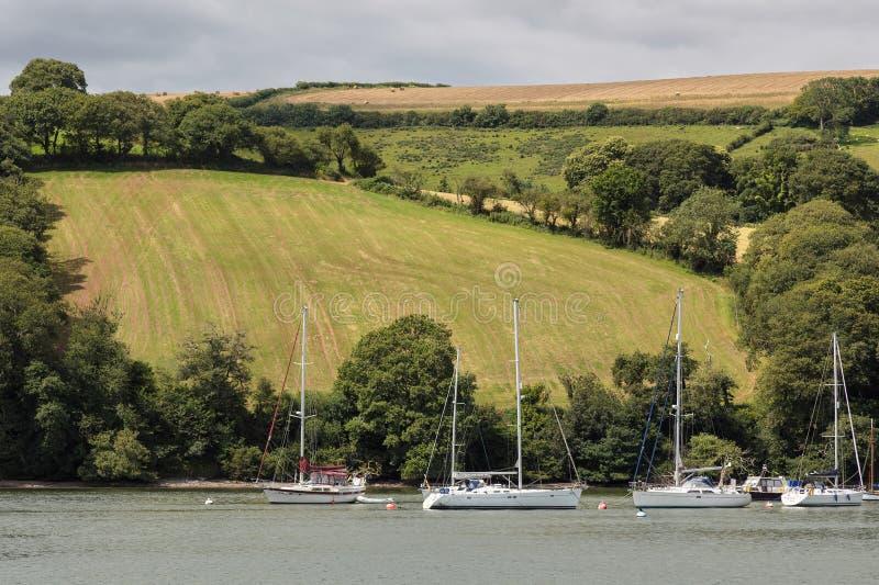 达特矛斯, DEVON/UK - 7月29日:在河箭停泊的小船n 免版税库存图片