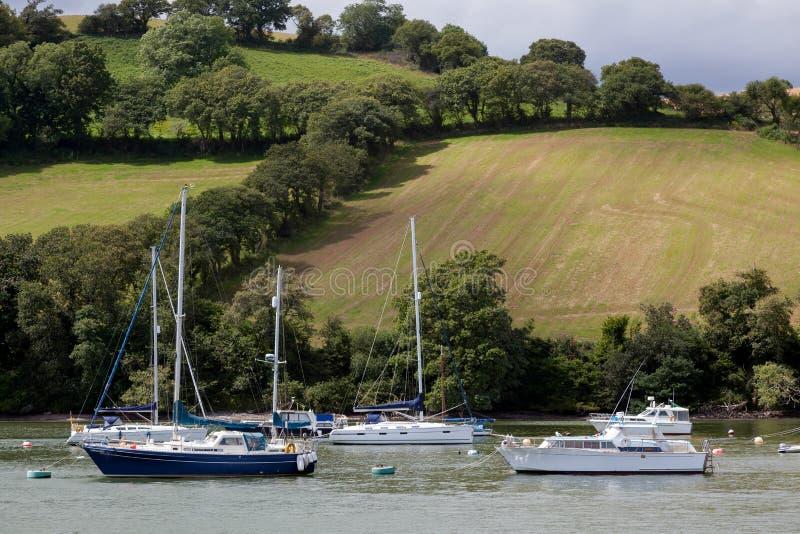 达特矛斯, DEVON/UK - 7月29日:在河箭ne停泊的小船 库存照片