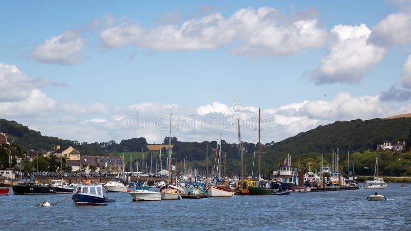 达特矛斯, DEVON/UK - 7月28日:被停泊的各种各样的小船看法  免版税库存照片