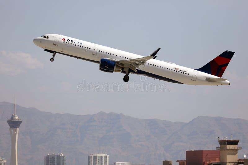 达美航空从拉斯维加斯机场起飞 免版税图库摄影