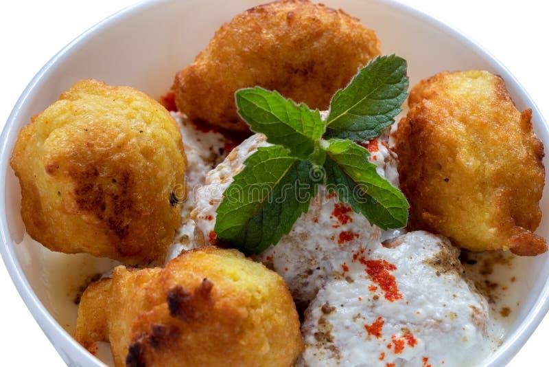 达西酸奶巴拉印度鲜美街道食物,达西酸奶Vada 免版税库存图片