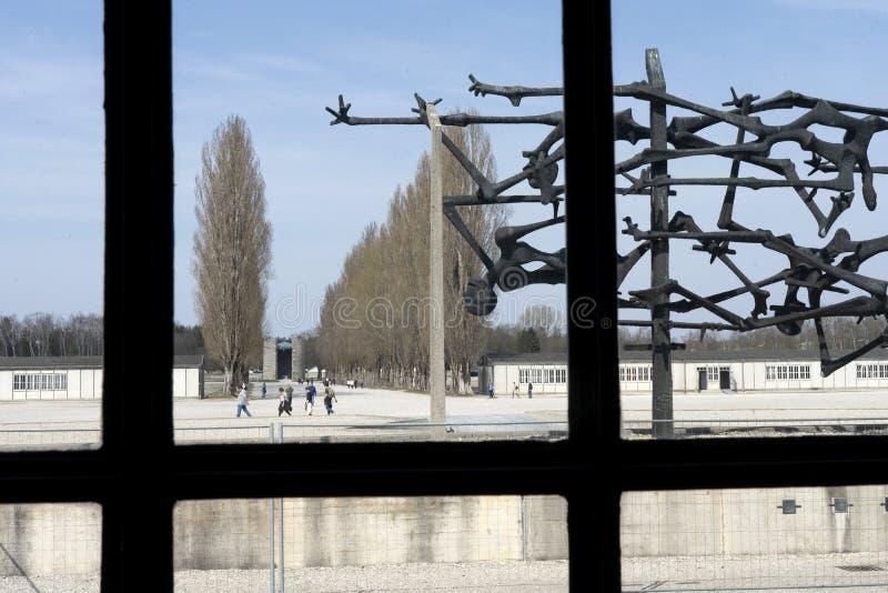 达豪,德语:2019年4月2日-囚犯和铁丝网篱芭被憔悴的身体启发的达豪纪念雕塑  dachau 库存照片