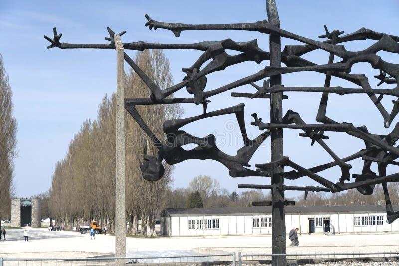 达豪,德语:2019年4月2日-囚犯和铁丝网篱芭被憔悴的身体启发的达豪纪念雕塑  dachau 免版税图库摄影