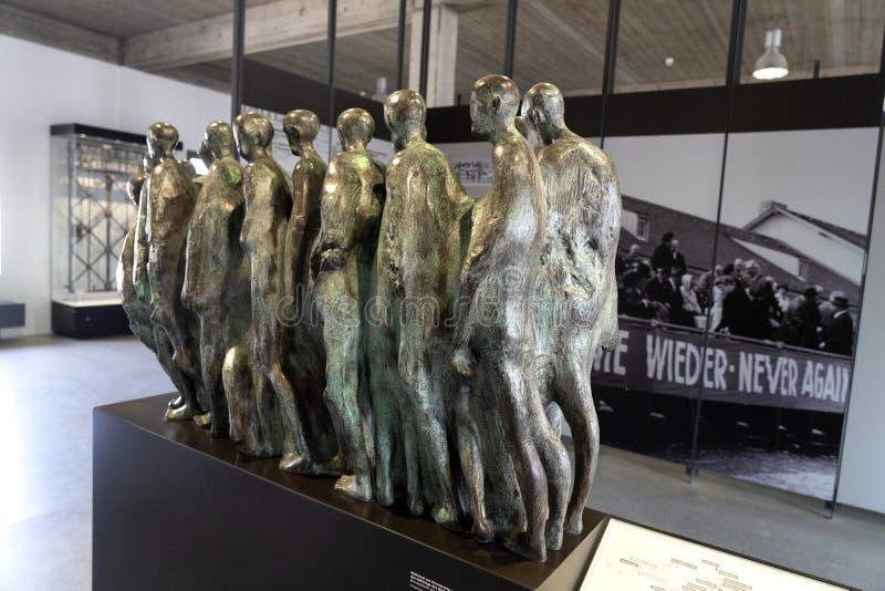 达豪,德语:2019年4月2日-囚犯和铁丝网篱芭被憔悴的身体启发的达豪纪念雕塑  dachau 库存图片