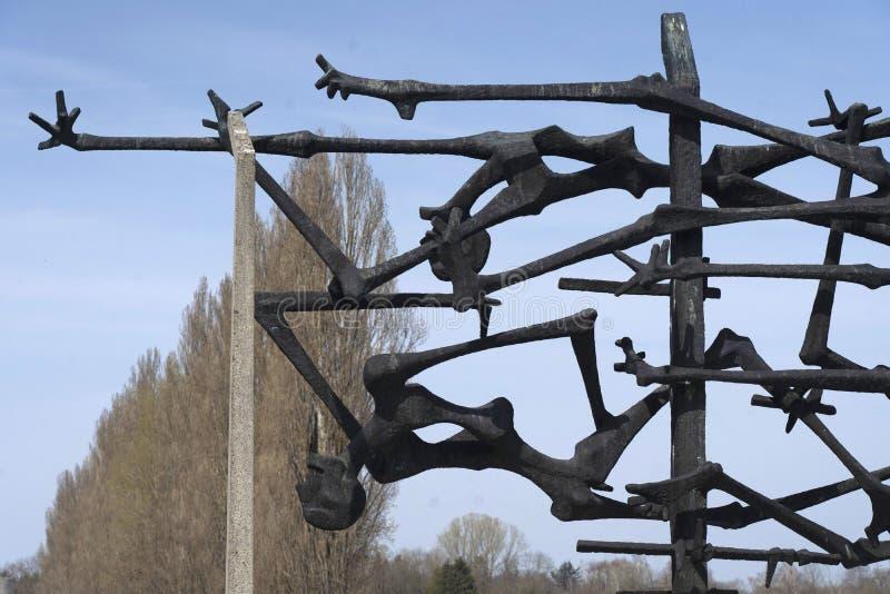 达豪,德语:2019年4月2日-囚犯和铁丝网篱芭被憔悴的身体启发的达豪纪念雕塑  dachau 免版税库存照片
