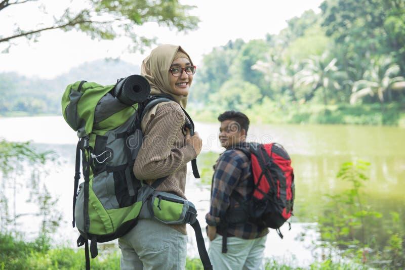 迁徙两个的远足者  免版税库存图片