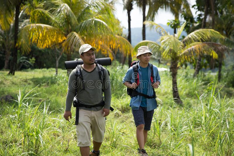迁徙两个的远足者  库存照片