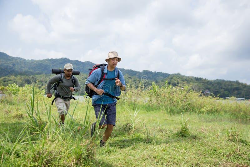迁徙两个的远足者  免版税库存照片