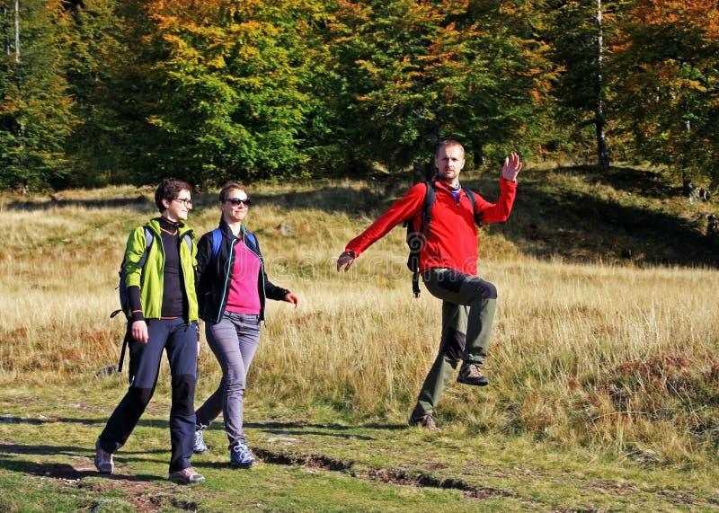 迁徙在山的三个朋友 库存图片
