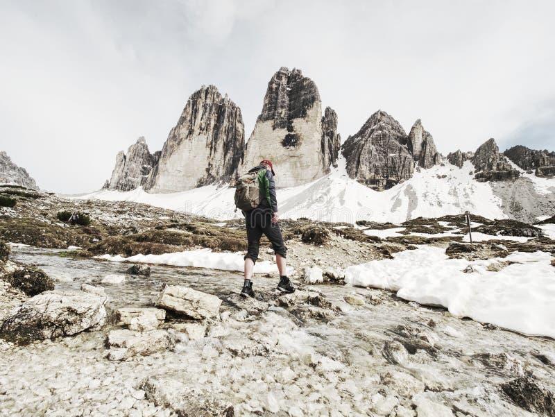 迁徙在阿尔卑斯的人 特雷Cime山土坎  库存照片