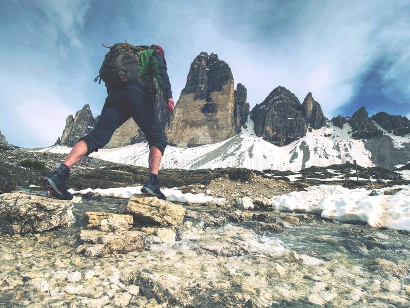 迁徙在阿尔卑斯的人 锋利的峰顶黏附在云彩 免版税库存照片