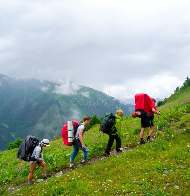 迁徙在Svaneti的年轻远足者 库存图片