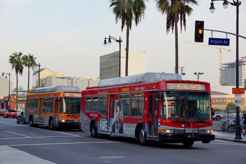 迅速公共汽车757被一条局部总线180跟随的地铁滚动下来famou 免版税库存照片