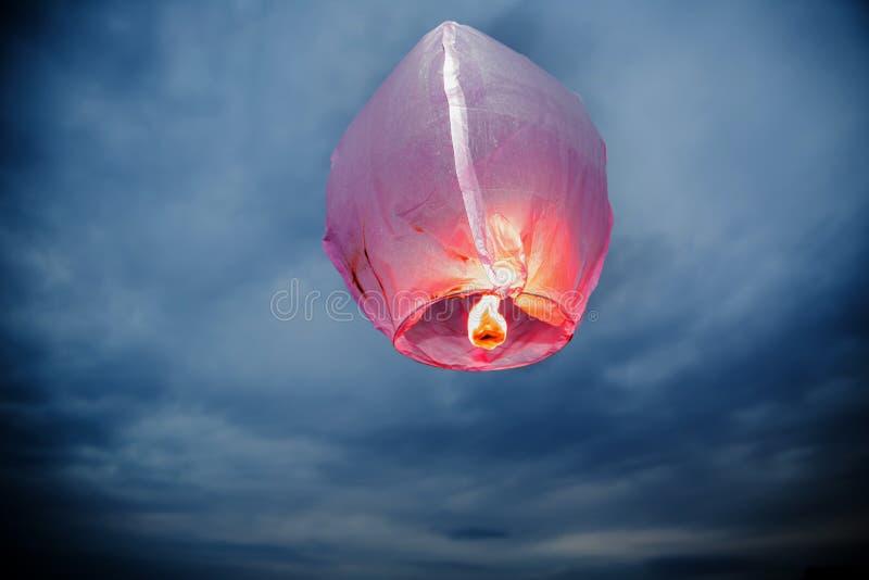 迅速增加火天空光弹灯笼,在天空高度光弹的热气球 免版税库存照片