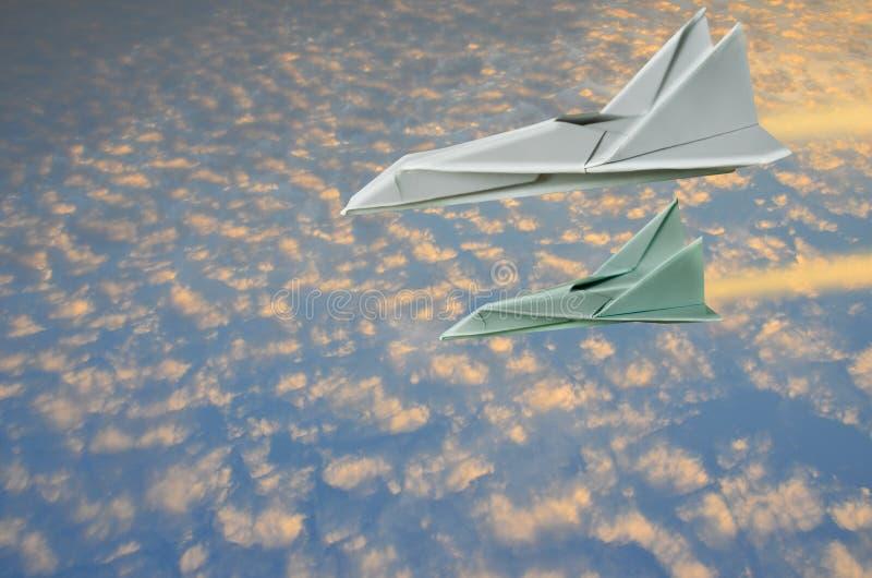 迅速飞行的喷气机很远从太阳早晨 库存图片