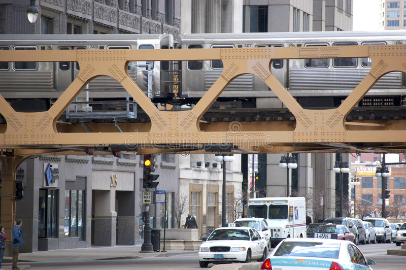 过一座桥梁的CTA El火车在街市芝加哥,伊利诺伊美国 图库摄影