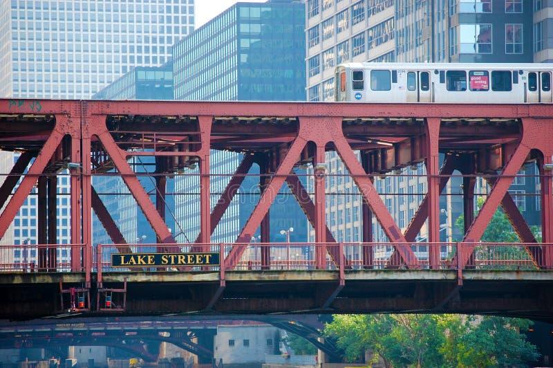 过一座桥梁的CTA El火车在街市芝加哥,伊利诺伊美国 库存照片