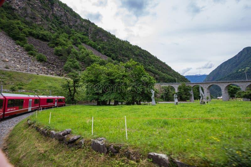 过在Surselva谷的雷蒂亚铁路一座桥梁 免版税库存图片