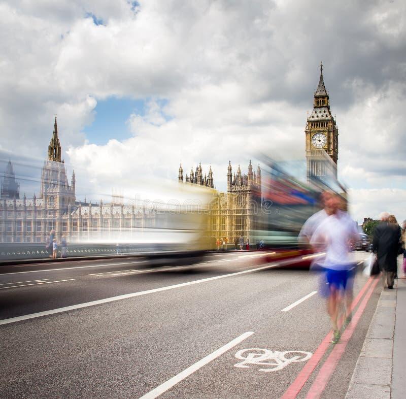 过威斯敏斯特桥梁的红色公共汽车 免版税库存照片