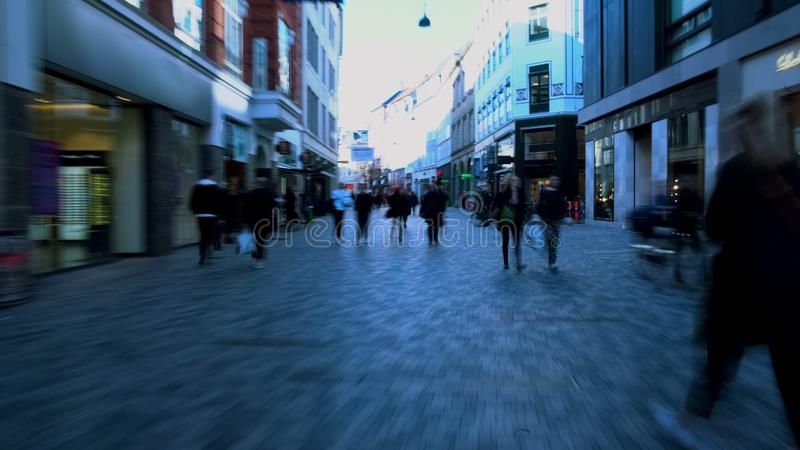 过度拥挤的街道在市中心,仓促的人走在步行街道上的 免版税图库摄影