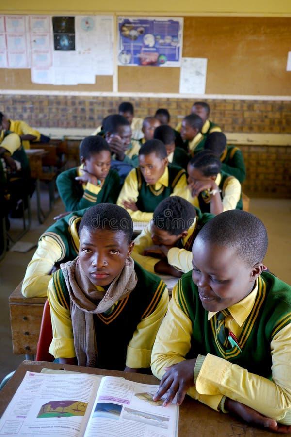 过度拥挤的非洲教室 库存图片