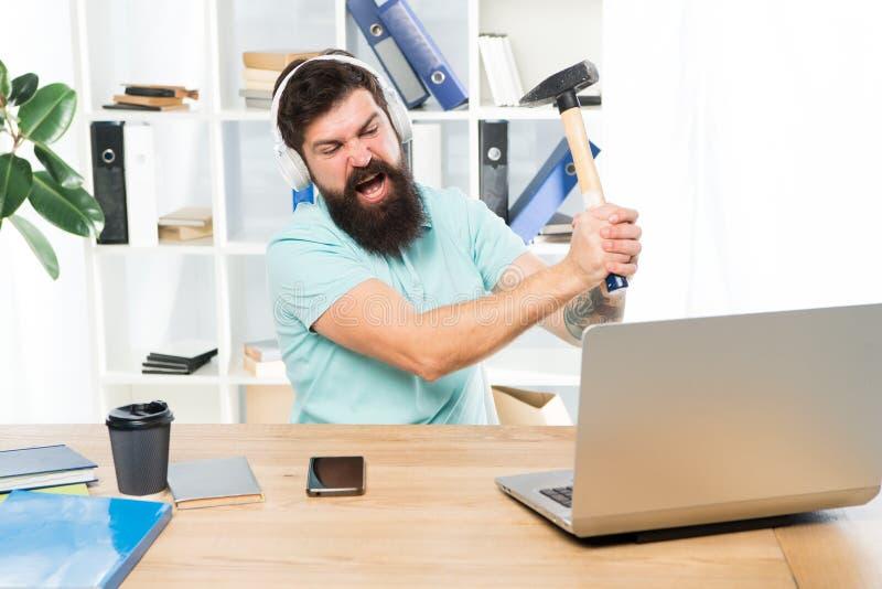 过时的软件 计算机滞后 计算机绝热材料的原因 怎么固定缓慢的滞后的系统 怨恨办公室惯例 ? 免版税库存图片