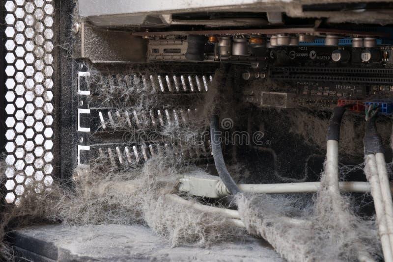 过时,多灰尘和非工作的计算机、供应和数据缆绳的主要部分 库存照片